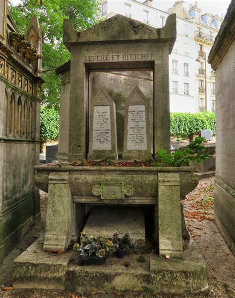Free things to do in Paris - Visit the Montmartre Cemetery